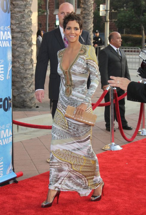 Halle Berry Wears Emilio Pucci Gown At NAACP Image Awards 2011 ...
