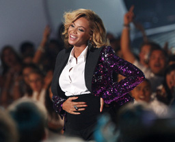 Beyonce-Pregnant-VMAS-2011A
